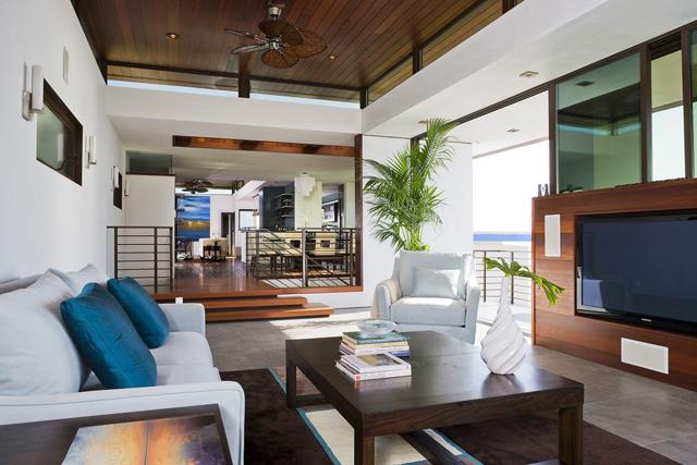 Сини декоративни възглавнички върху бяла мека мебел
