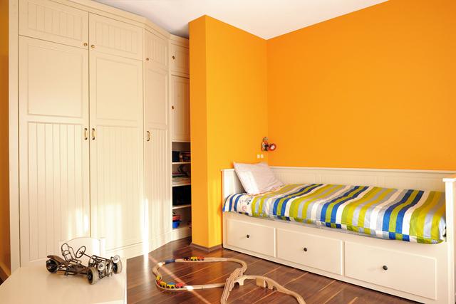Детска стая в слънчеви тонове