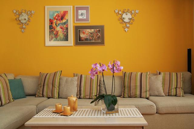 Стените са решени в слънчево жълто