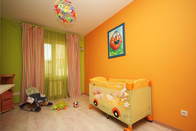Детската стая е в слънчево жълто и свежо зелено