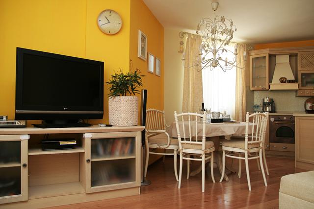 """Старинни реставрирани мебели """"Тонет"""" са поставени в трапезарията"""
