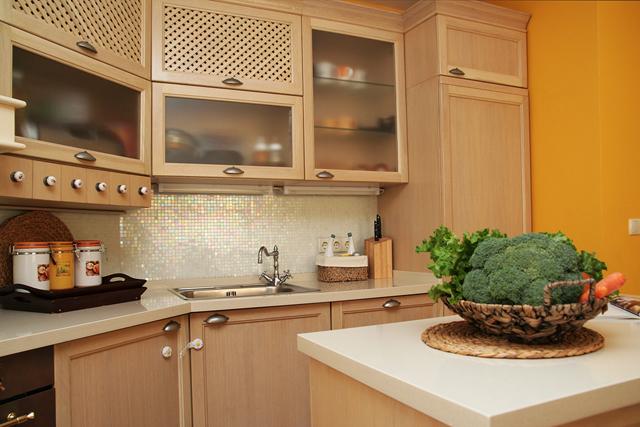 Гърбът на кухнята е с метализирани мозаечни керамични плочи