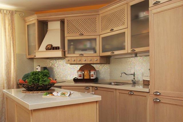 Кухнята е разположена ъглово с прилежащ кухненски остров