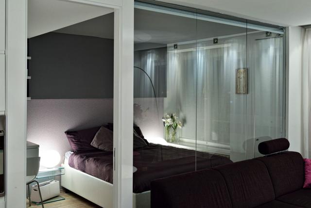 Спалнята е отделена със стъклена преградна стена