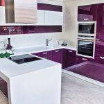 Лилава кухня с бял бар-плот