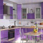 Кухня в лилаво и бяло