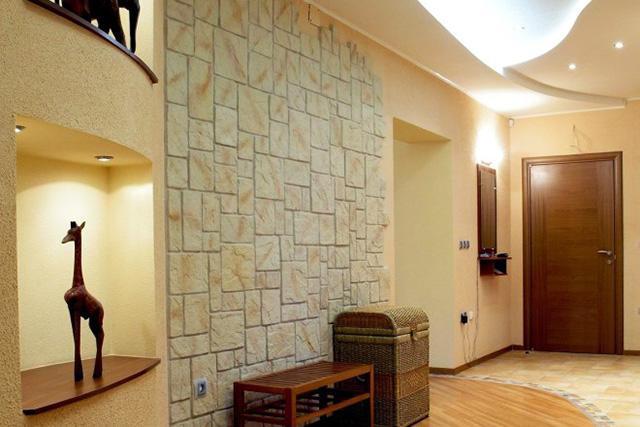 Камък на стените и окачен таван в антрето