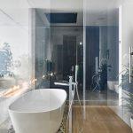 Банята разполага и с кът за душ