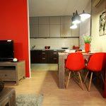 Ярко червено на стената и част от мебелите