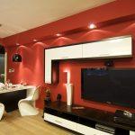 Червена стена в къта с телевизора