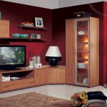 Червено на стената и мебели от дърво