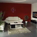 Червена стена и бели мебели