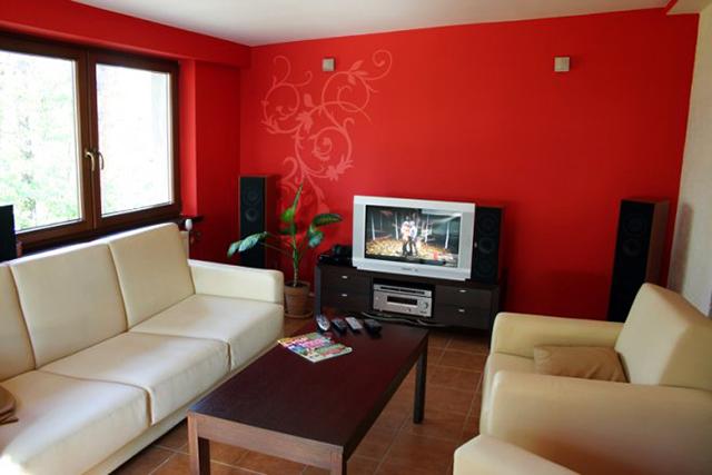 Червени стени и бели мебели