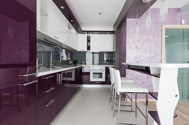 Кухнята е решена в патладжанено лилаво и бяло