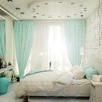 Вариант на спалнята с бели тухлички и голямо правоъгълно огледало