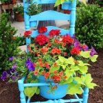 Светло синьо оцветяване на стола - за контраст или просто такава боя е била останала?