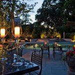 Градинските лампи създават атмосфера...