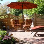 Шезлонг, чадър, масичка и столове - че какво повече е необходимо за приятни мигове в градината?