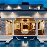 Камина на верандата до басейна - почти класическо измерение за лукс!