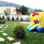 Кът за хранене и детски кът в двора на Алекс Алипиев - с. Паволче