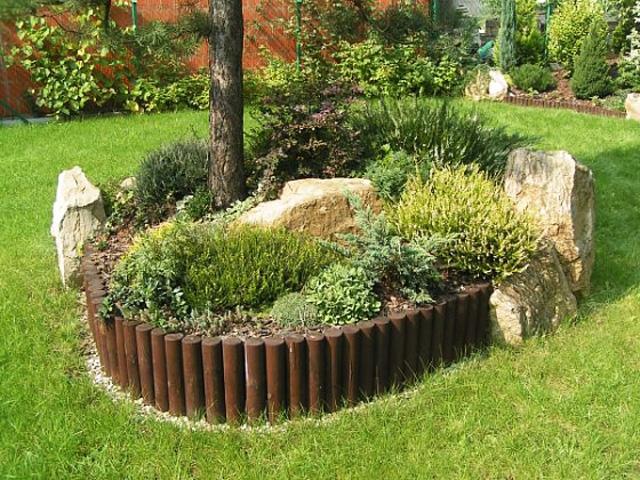 Палисадите и дървените ролки за лехи предотвратяват избуяването на корените и  видимата стъбла на растенията