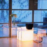Светлината - изкуствена или естествена, увеличава ефекта от използването на акрилна масичка