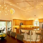 Комбинирано осветление в кухнята и трапезарията
