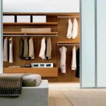 Плъзгащите врати са удобно решение при организиране на дрешник