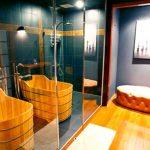 Огледални стени и дървена вана