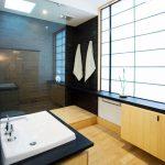 Камък и дърво присъстват в интериора на банята в японски стил