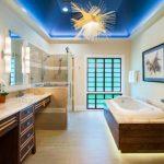 Модерно осветително тяло и окачен таван - съвременни вметки в японската баня