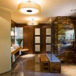 Изчистен дизайн, в който камък и дърво са преобладаващите материали