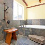 Стъпало към ваната от къс натурален камък