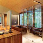 Дървени облицовки и стъклена преграда за душ-къта
