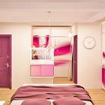 За централно осветление в спалнята е поставен полилей с кристали в неокласически стил