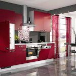 Червено и сиво - ефектна комбинация и в кухнята