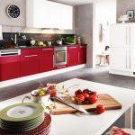 Комбинация от бяло и червено при кухненските шкафове