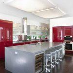 Червените кухнунски мебели  успешно се комбинират с иноксови повърхности