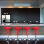 Бар-столчета в червено - ярък акцент в кухнята