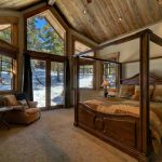 Леглото е с балдахин от дървени греди