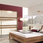 Малинова стена и детайли в натурален дървесен цвят за акцент