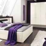 Бяла спалня с лилави акценти