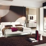 Бели мебели на тъмен интериорен фон