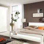 Една от стените в спалнята може да бъде в ярко контрастиращ цвят