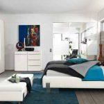 Бяла спалня с акценти в морско синьо