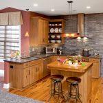 Дървени мебели, дървен под и каменна облицовка на стената
