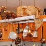 Окачените от тавана съдове и аксесоари са не само добра декорация...