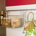 Поставка за принадлежности, окачена на кукички към кухненска релса