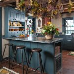 Рустикална кухня, оцветена в синьо