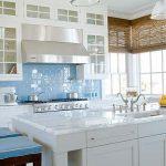 Светло синьо за гръб на кухнята, решена в бяло
